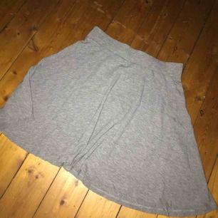 Fin, grå kjol från Cubus. Inte använd många gånger så som ny! Inga defekter eller liknande👍Köparen står för ev frakt, tar swish! Kan mötas upp i Jkpg🌻