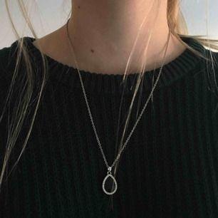 Fint halsband med silvrig metallkedja. Smycket är svart med små silvriga stenar runt. Säljer pga använder inte, frakt 9kr tillkommer💘