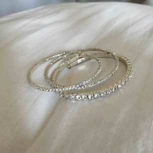 3 st armband med silvriga stenar. 2 st smala och 1 lite bredare. 20kr/st eller alla för 50kr, frakt 9kr tillkommer💗