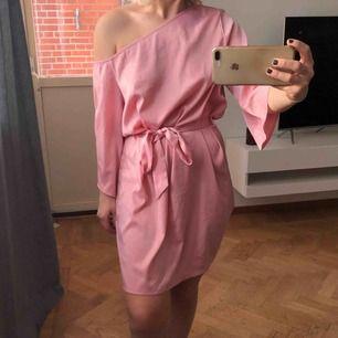 7056e329c796 One shoulder klänning från Hannalicious x NAKD, strl 34, använd 2 ggr! Som