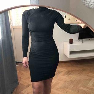 09beeb50027a Svart ribbad klänning från Nelly, strl XS. Använd 1 ggn. 95kr (frakt