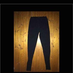 Helt vanliga basic, svarta leggings i använt skick från Lager 157! Inga hål, defekter eller liknande🌻Köparen står för eventuell frakt, tar swish! Kan mötas upp i Jkpg.