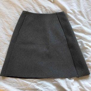 Fin silvrig kjol ifrån Monki, använd 1 gång. Fickor på sidan av kjolen. Frakt tillkommer