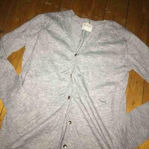 Jättefin grå kofta från Zara i storleken 164. Använd max 10 gånger, inga större defekter! Köparen står för ev frakt, tar swish! Kan mötas upp i Jkpg🌻