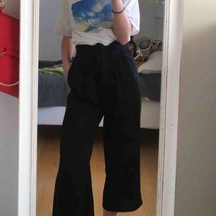 Superfina byxor från Zara i bra skick, ganska korta i benen