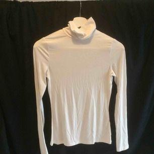 Tunn vit turtleneck från H&M, bra för layering!  Kan mötas annars står köparen för frakten (35kr)