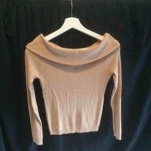 Ribbad nude Off-shoulder finstickad tröja från H&M.  Kan mötas upp annars står köparen för frakten (45kr)