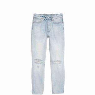 Highwaist jeans med hål på knäna från H&M. Kontakta mig gärna om ni är intresserade! Jag bjuder även på frakten!