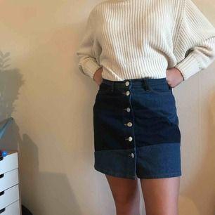 Jätte fin kjol från Monki, med knappar hela vägen. Säljes pga för kort, är själv 170.  Nypris var 250 kr, använd en gång.  Köpare betalar för frakt :))