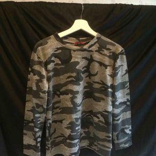Kamouflage topp köpt från JRF! Kan mötas upp annars står köparen för frakten (45kr)