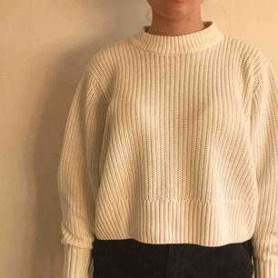"""Jätte mysig och fin stickad tröja perfekt till hösten och vintern från Monki. Nypris var 250 kr, och har aldrig använt den. Den är en XS men har passar både S och liten M också. Har väldigt fina """"ballong"""" ärmar.  Köpare står för frakt :))"""