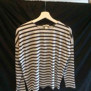 Svart och grå randig tröja från H&M! Kan mötas upp annars står köparen för frakten (45kr)