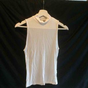 Ärmlös turtleneck perfekt för layering under sweaters.  Kan mötas upp annars står köparen för frakten (45kr)