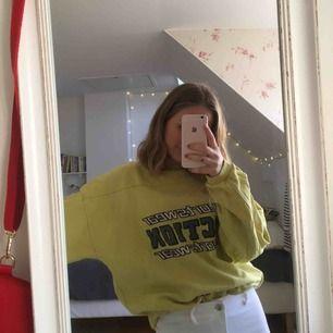 Sweater köpt på Beyond Retro, säljer pga ett antal missfärgningar på ryggen