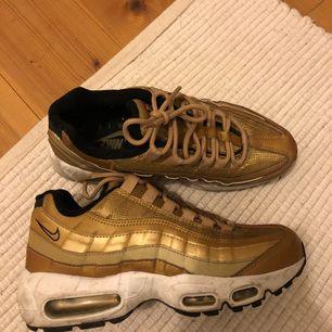 Supersnygga Nike air max 95 i guldig färg! Är de skönast skorna jag har ägt men använder de tyvärr väldigt sällan 😕 eventuell frakt står köparen för 🌼