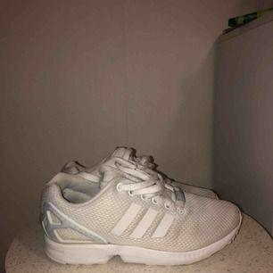 vita adidas ZX flux. lite smuts på främre delen av skon men går förmodligen i tvätt.   nypris: 900 kr