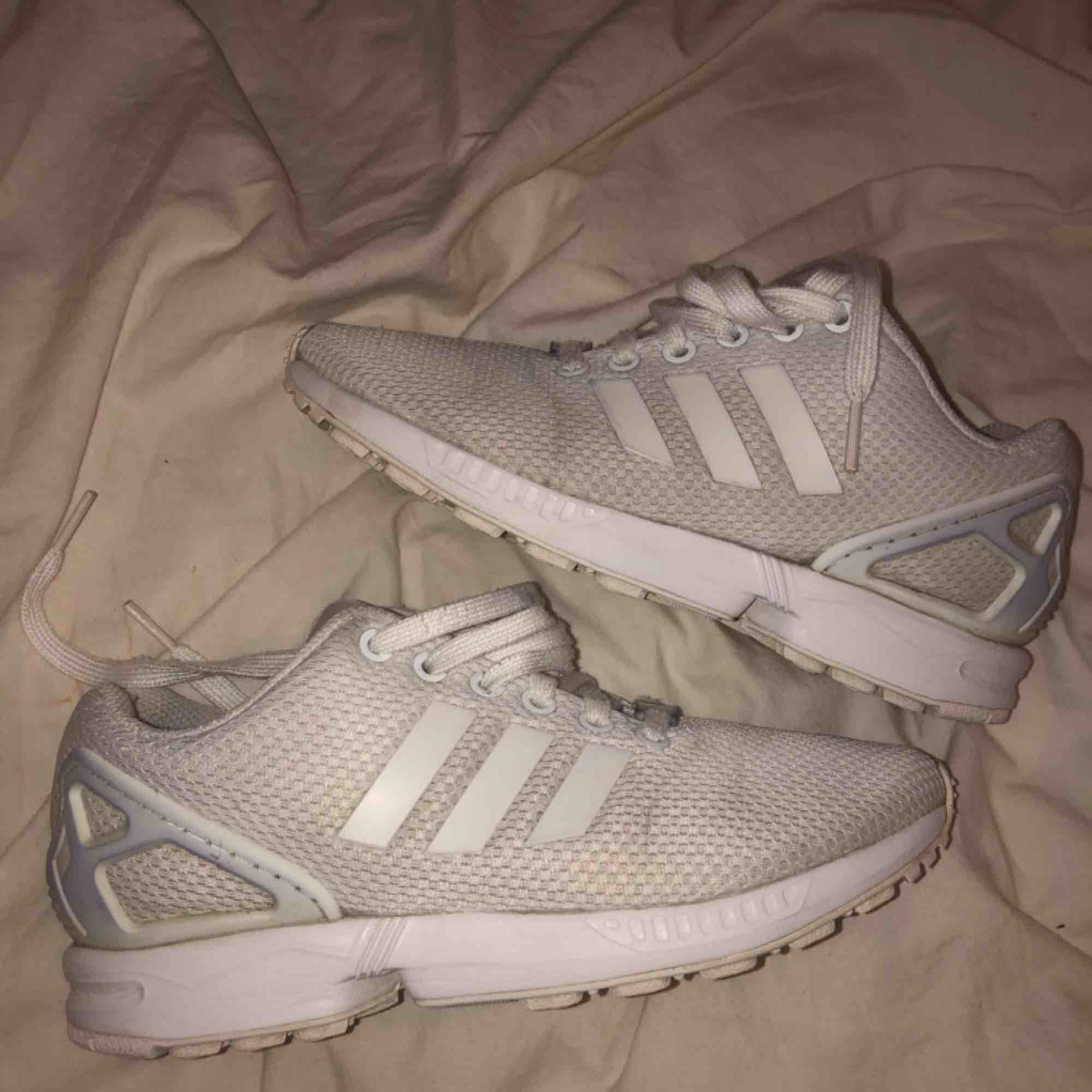 vita adidas ZX flux. lite smuts på främre delen av skon men går förmodligen i tvätt.   nypris: 900 kr. Skor.