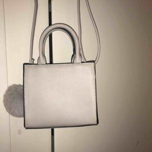Grå liten väska med puff från Bershka, aldrig använd. Köparen betalar frakten :)