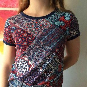 Nästintill oanvänd t-shirt från Monki! Hur fin som helst tillsammans med exempelvis en jeanskjol. Passar både XS & S. 🌸Priset är inkl frakt. Om det är något mer ni undrar över kolla gärna in min profil eller skicka en fråga<3