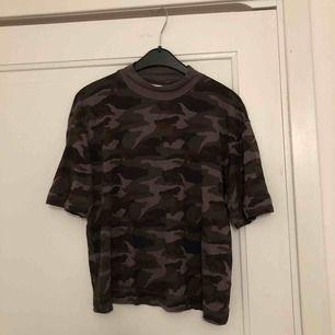 Militär mönstrad t-shirt med grå krage