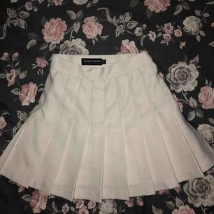 Amerikan apparels klassiska tenniskjol i vit. Storlek xs. Endast använd ett fåtal gånger.