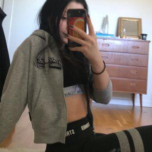 """Skitsnygg croppad hoodie som är köpt i USA, med trycket """"san fransisco"""". Frakt tillkommer"""