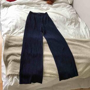 Svinsnygga svängiga högmidjade mörkblå byxor från Bik Bok. Storleken är XS med resårband i midjan