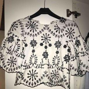 Säljer denna blus från Zara i strl XS, nypris 499kr mitt pris - 150kr💖