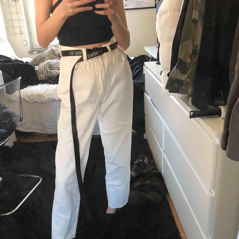 Vita jeans med avklippt kant, storlek M men passar även mig som har S med skärp! Frakt 58:-. Jeans & Byxor.