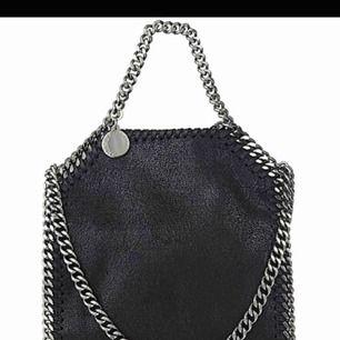 Söker!!!!  Jag söker en Stella McCartney liknande väska, typ som denna! Hör gärna av er om ni har någon😊💗