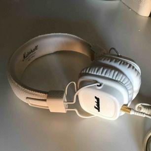 Marshalls Major II hörlurar i vit. Endast använda ett par gånger. Riktigt bra ljud och tidlös design.