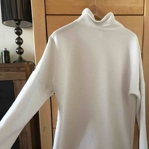 Super fin stickad tröja från monki. Använd 1 gång, lite längre i modell