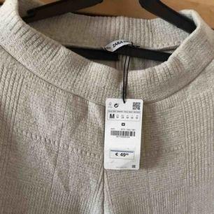 """Super snygga byxor från Zara """"knit wear collection"""" aldrig använda med prislapp kvar, formar kroppen skit snyggt, tajtare vid rumpan och sen vidare längre ner, de är för långa på mig som är 163, Orättvisa bilder"""