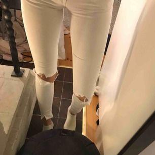 Säljer dessa slitna tiger of sweden jeans med slits i strl 25/34 (XS), nypris 1799kr, mitt pris - 350kr💖