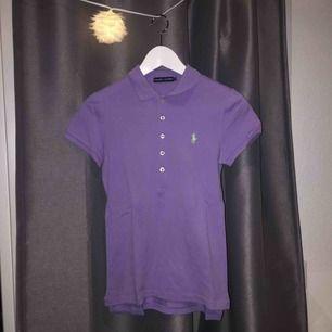 Lila Ralph Lauren pike tröja i storlek XS, väldigt bra skick och säljs på grund av att jag inte använder den längre.