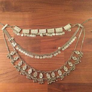 Ett stort halsband med olika mönster på sig