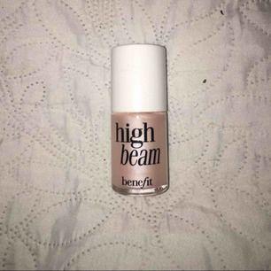 Äkta benefit High beam liquid highlighter bara swatchad