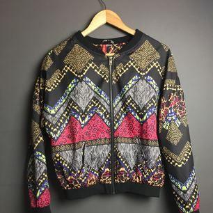 Tunn jacka från H&M som kan användas som tröja nu under kallare tider. Storlek XS-S.