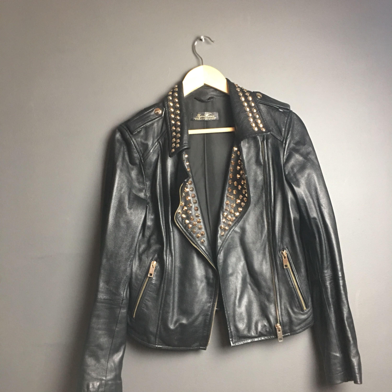 Svart skinnjacka från Zara med guldfärgade nitar. Står inte storlek men gissar på att det är en S-M. Jackor.