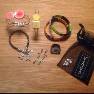Armband från Afro Art, 15kr styck  Armband från Designtorget (knappar) 40kr styck Berlock armband 20kr Ring från Nya Zeeland 20kr Halsbands berlock från Våga 40kr   Klip-on örhängen från guldfynd 20kr