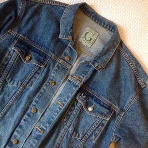 90-tals vintage jacka, i mycket bra skick. Skitsnygg, lite grövre så värmer bra. Snygg oversize, Unisex.