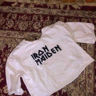 Iron Maiden crop-top från H&M. Fint skick.  Storleken är XS men passar också mig som brukar va S-M.  Köparen står för frakt!