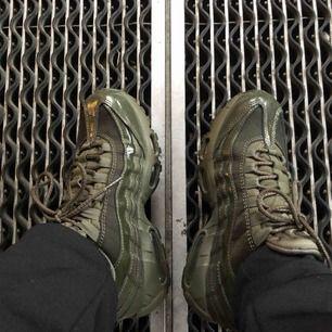 Nike air max 95, i olivgrönt! Jätte sköna och använda men intill nya. Fler bilder bara att fråga! 😍😍😍