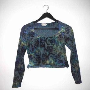 Avklippt tröja med bladmönster i sammet och skiftande färger i olika nyanser av blått och grönt