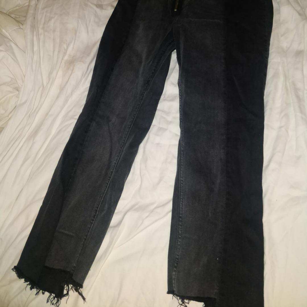 Säljer mina absoluta favoritbyxor från Zara då dom är för stora för mig nu. Färgen stämmer bäst överens  med sista bilden, svåra att  fånga på bild. Jeansen är ljus-och mörkgrå med så snygg ring-detalj vid gylfen vilket piggar upp vilken outfit som helst! Slutsålda i butik så först till kvarn!   . Jeans & Byxor.