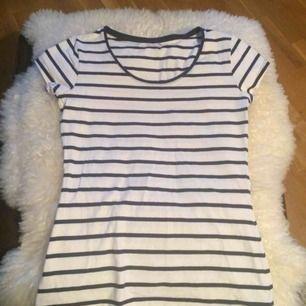 Fin Bretagne-randig t-shirt i marinblått och vitt från MQ i jättefint skick! Knappt använd. Storlek S. Fint figursydd för en smickrande och feminin look. Ett måste i basgarderoben! :)