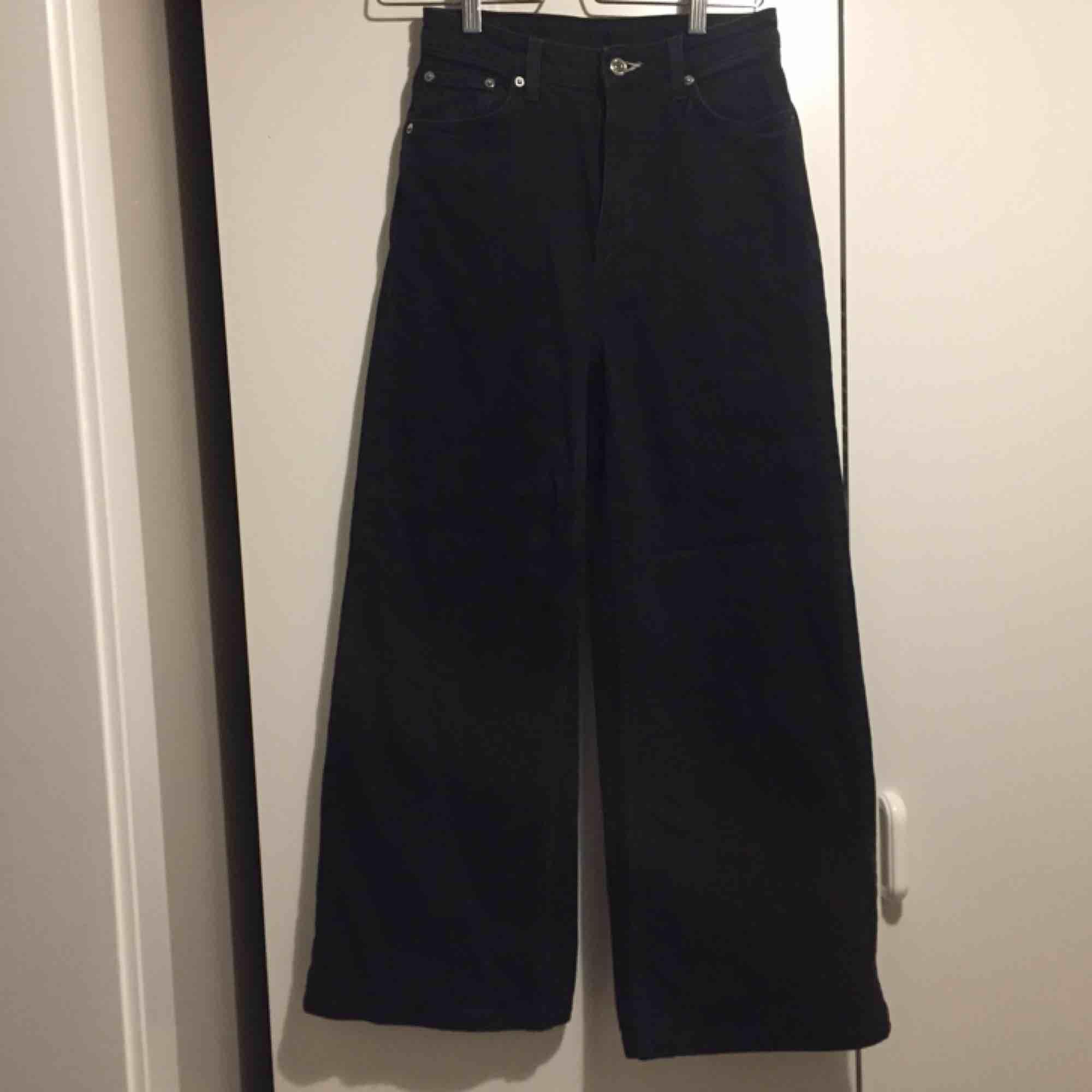 """Weekday jeans i modellen """"Ace"""", storlek 25 men passar mig som är 26-27. Oanvända! Hög midja+raka breda ben. Porto på 58kr tillkommer.. Jeans & Byxor."""