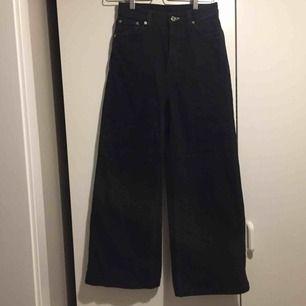 """Weekday jeans i modellen """"Ace"""", storlek 25 men passar mig som är 26-27. Oanvända! Hög midja+raka breda ben. Porto på 58kr tillkommer."""