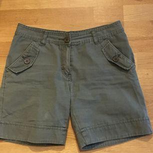 sköna lite längre shorts från tracy, slutar ca halvvägs ner på låren. 35 kr frakt 💚