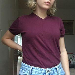 vinröd t-shirt, superskön med fin v-ringning. 30 kr frakt 💚